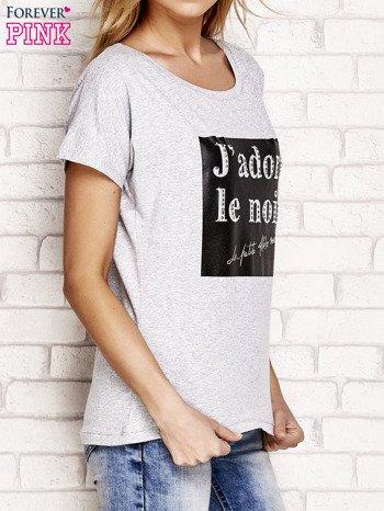 Szary t-shirt z napisem J'ADORE LE NOIR                                  zdj.                                  3
