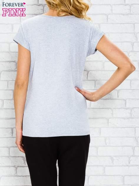 Szary t-shirt z napisem PARIS STUDIO z dżetami                                  zdj.                                  2