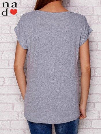 Szary t-shirt z napisem PIĘKNA MŁODA NIEWYSPANA