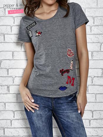 Szary t-shirt z naszywkami