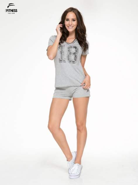 Szary t-shirt z numerem i sportową lamówką w stylu college                                  zdj.                                  5