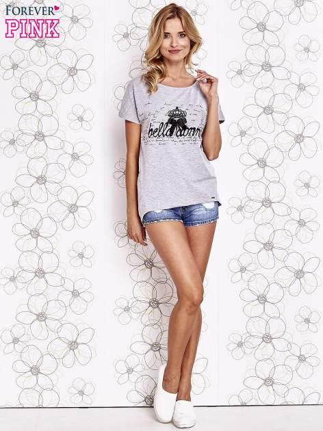 Szary t-shirt z ozdobnym napisem i kokardą                                  zdj.                                  2