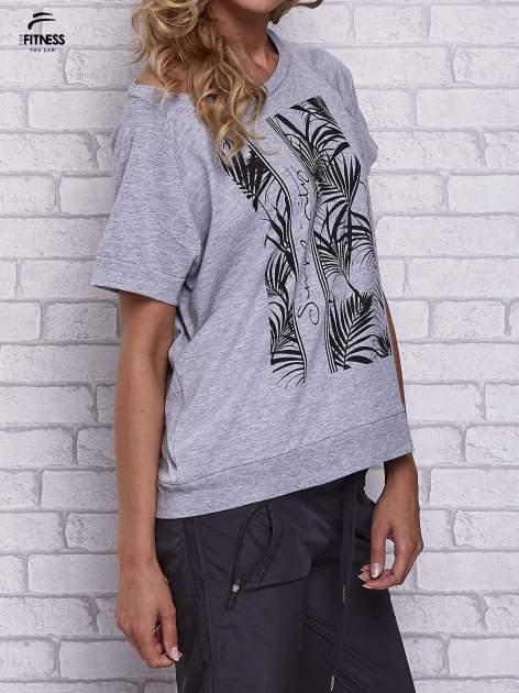 Szary t-shirt z palmowym nadrukiem                                  zdj.                                  3