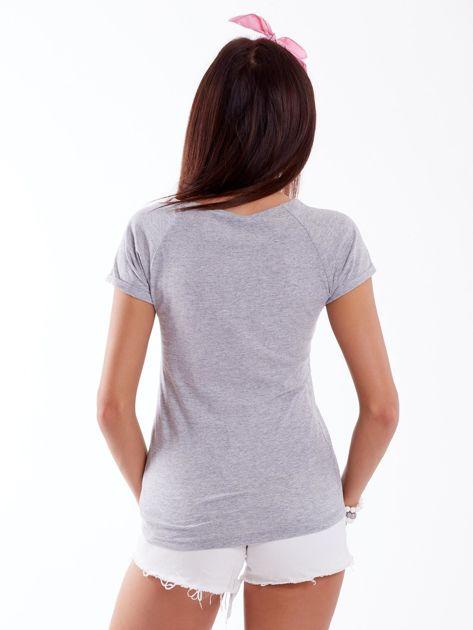 Szary t-shirt z podwijanymi rękawami                              zdj.                              2