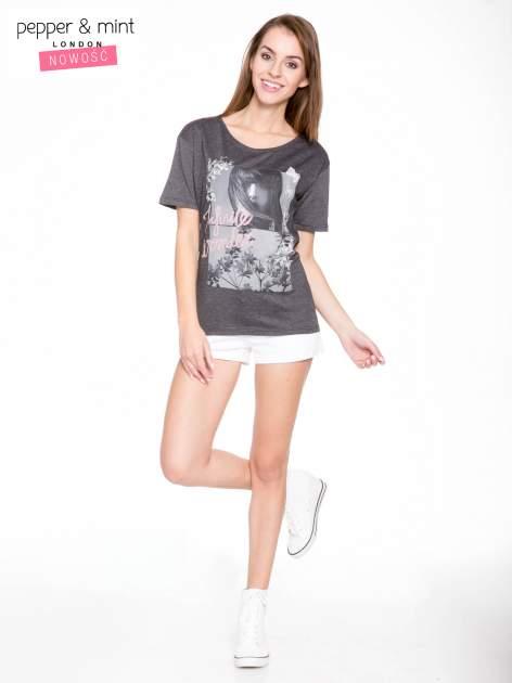 Szary t-shirt z romantycznym nadrukiem dziewczyny                                  zdj.                                  5