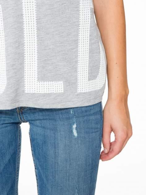 Szary t-shirt z siatkowym wzorem w stylu baseballowym                                  zdj.                                  8