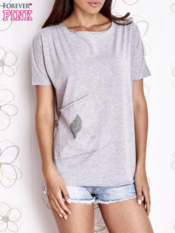 Szary t-shirt z ukośną kieszenią i dżetami                                  zdj.                                  1