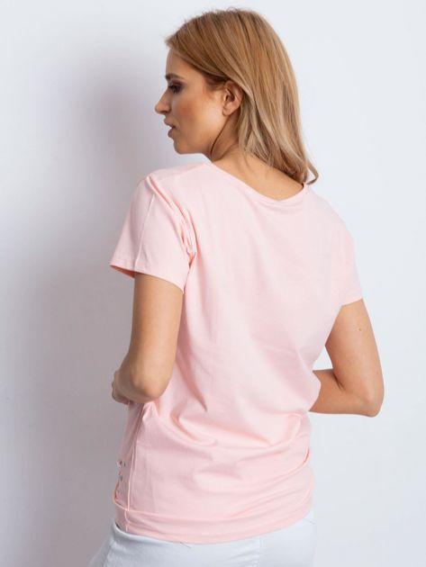 T-shirt brzoskwiniowy z aplikacją i rozcięciami                              zdj.                              2