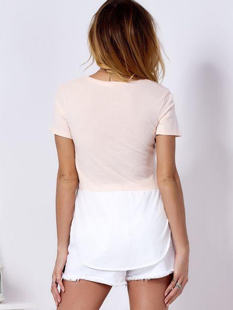 T-shirt brzoskwiniowy z wypukłą aplikacją i koszulą                              zdj.                              2