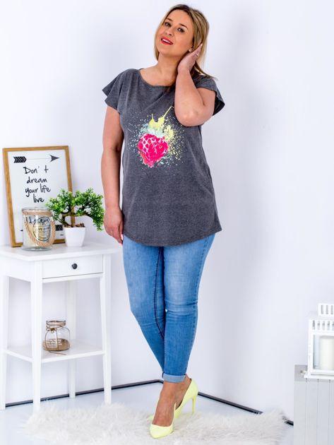 T-shirt ciemnoszary z truskawką PLUS SIZE                              zdj.                              4