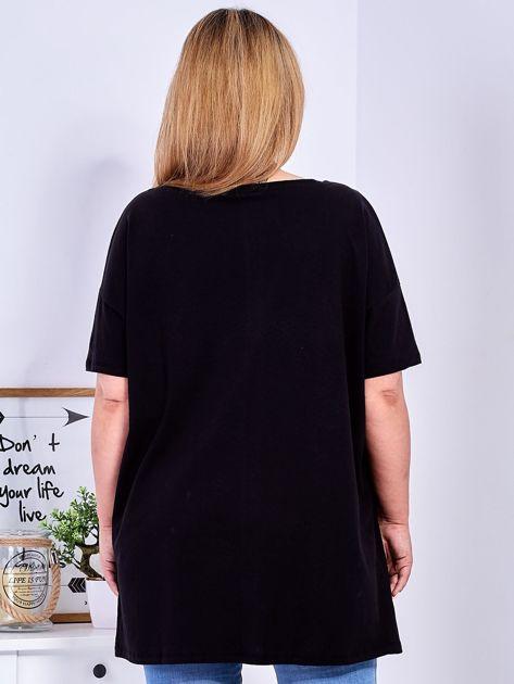 T-shirt czarny z naszywkami PLUS SIZE                              zdj.                              2