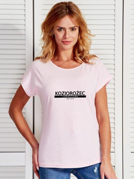 T-shirt damski z nadrukiem znaku zodiaku KOZIOROŻEC jasnoróżowy                              zdj.                              1