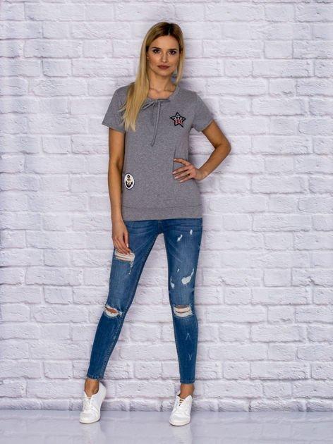 T-shirt damski z wiązaniem i naszywkami szary                              zdj.                              4