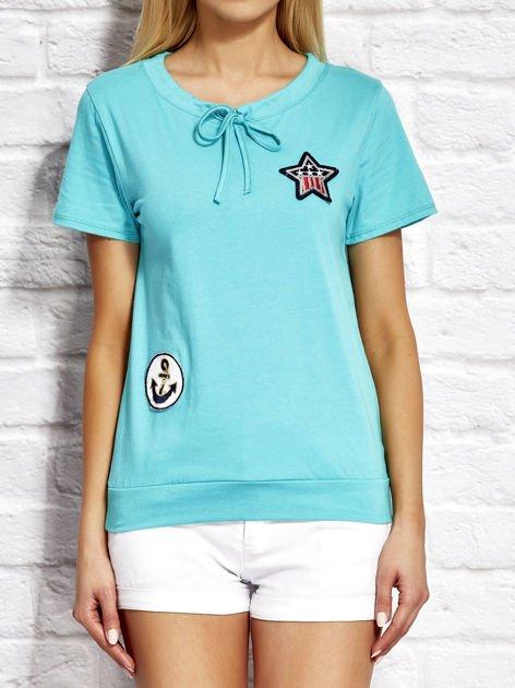 T-shirt damski z wiązaniem i naszywkami zielony                              zdj.                              1