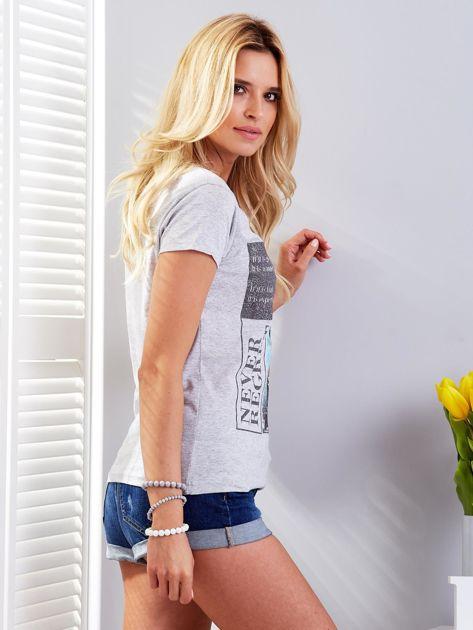 T-shirt jasnoszary z motywem samochodu                                  zdj.                                  3