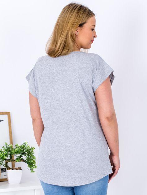 T-shirt jasnoszary z nadrukiem PLUS SIZE                              zdj.                              2