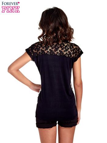 T-shirt w biało-czarną kratkę z koronką z tyłu                                  zdj.                                  4