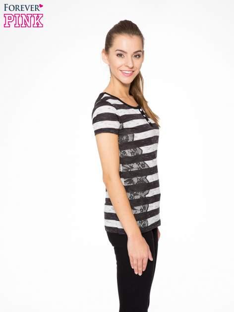 T-shirt w biało-czarne paski z koronkowymi wstawkami                                  zdj.                                  3