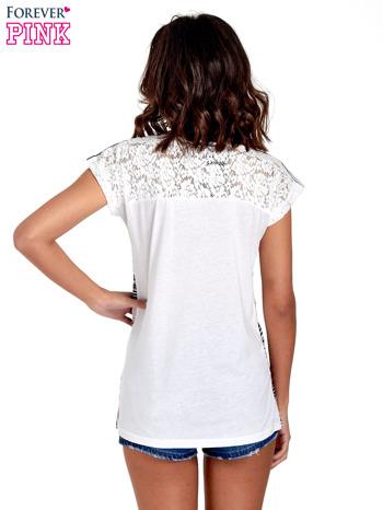 T-shirt w nieregularne paski                                  zdj.                                  4