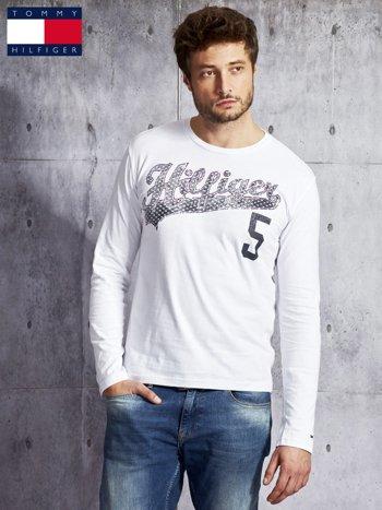 TOMMY HILFIGER Biała bluzka męska z tekstowym printem                              zdj.                              1