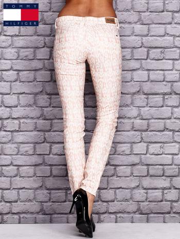 TOMMY HILFIGER Brzoskwiniowe spodnie we wzory                                  zdj.                                  3