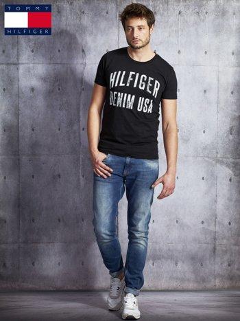 TOMMY HILFIGER Czarny t-shirt męski z napisem                               zdj.                              4
