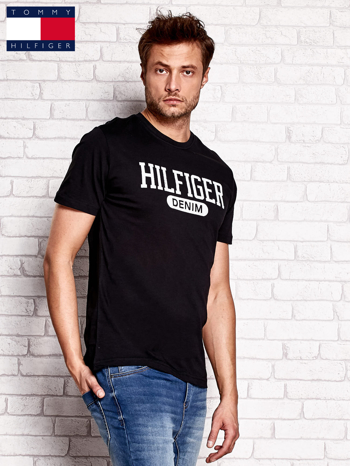 TOMMY HILFIGER Czarny t-shirt męski z napisem HILFIGER DENIM                                  zdj.                                  2