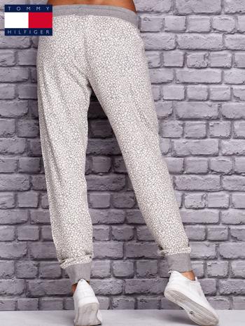 TOMMY HILFIGER Ecru spodnie dresowe w drobne wzory                                  zdj.                                  2