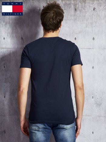 TOMMY HILFIGER Granatowy t-shirt męski z napisem                               zdj.                              2