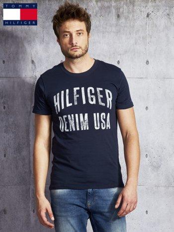 TOMMY HILFIGER Granatowy t-shirt męski z napisem                               zdj.                              1