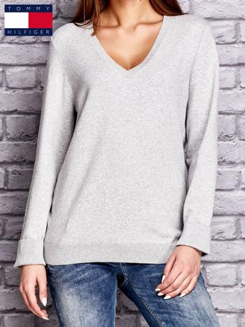 TOMMY HILFIGER Szary sweter z dekoltem w serek                                  zdj.                                  1