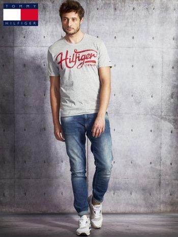 TOMMY HILFIGER Szary t-shirt męski z czerwonym nadrukiem                               zdj.                              4