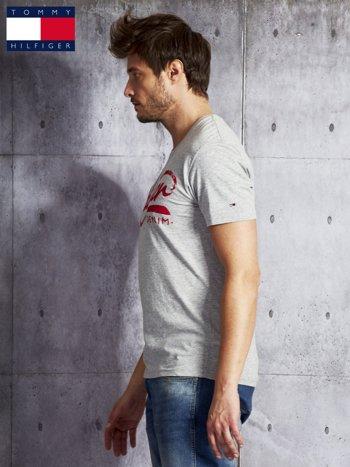 TOMMY HILFIGER Szary t-shirt męski z czerwonym nadrukiem                               zdj.                              3