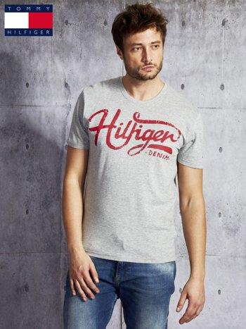 TOMMY HILFIGER Szary t-shirt męski z czerwonym nadrukiem                               zdj.                              1