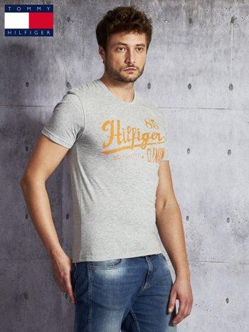 TOMMY HILFIGER Szary t-shirt męski z pomarańczowym nadrukiem                               zdj.                              3