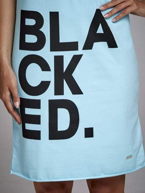 Turkusowa sukienka dresowa z napisem BLACKED                                  zdj.                                  5