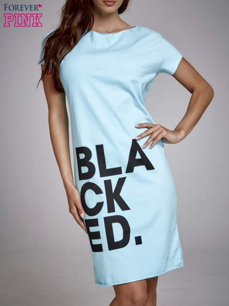 Turkusowa sukienka dresowa z napisem BLACKED                                  zdj.                                  1