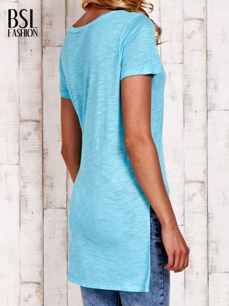 Turkusowy długi t-shirt z rozporkami z boku                                  zdj.                                  4