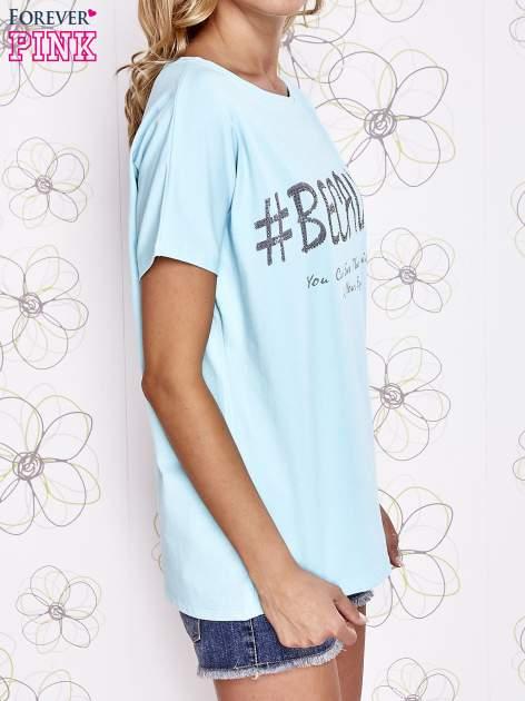Turkusowy t-shirt z hashtagiem #BECAUSE                                  zdj.                                  3