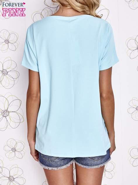 Turkusowy t-shirt z hashtagiem #BECAUSE                                  zdj.                                  4