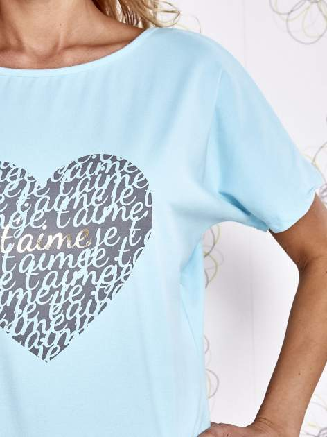 Turkusowy t-shirt z napisem JE T'AIME i dekoltem na plecach                                  zdj.                                  5