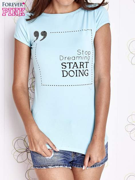 Turkusowy t-shirt z napisem STOP DREAMING START DOING                                  zdj.                                  1