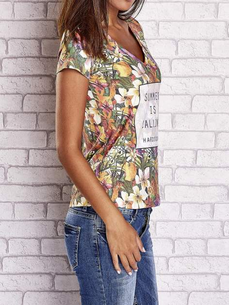 Wzorzysty t-shirt floral z napisem SUMMER IS CALLING                                  zdj.                                  3