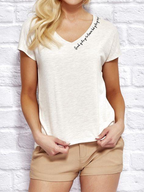 YUPS Beżowy t-shirt z delikatnym tekstowym nadrukiem                                  zdj.                                  1