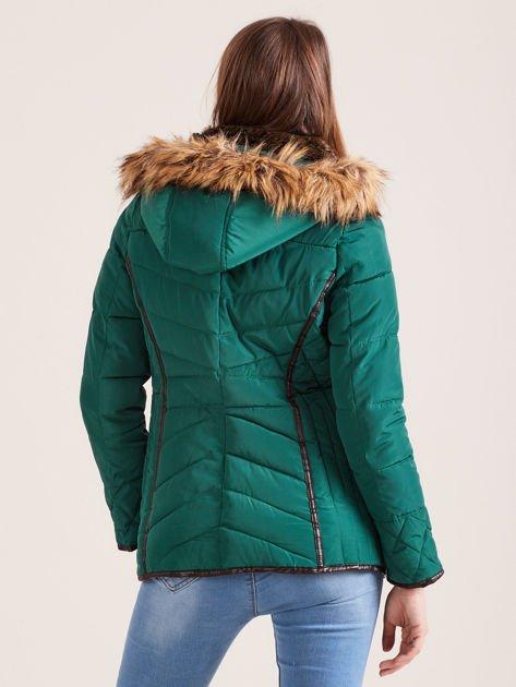 Zielona kurtka zimowa z futrzanym kapturem i kołnierzem                              zdj.                              2