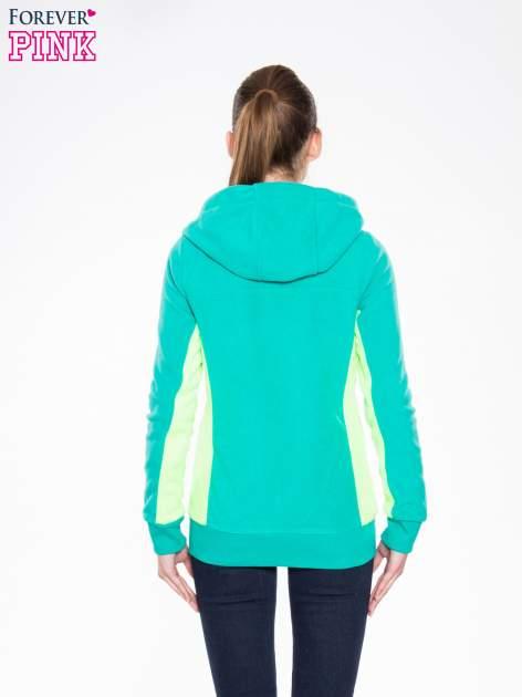 Zielona polarowa bluza z kontrastowymi przeszyciami                                  zdj.                                  4