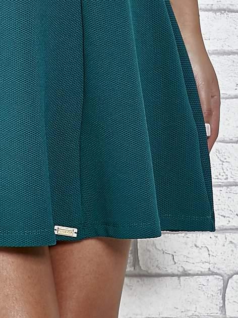 Zielona rozkloszowana sukienka ze złotymi guzikami                                  zdj.                                  5