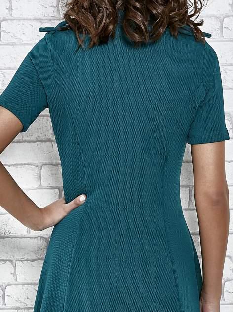 Zielona rozkloszowana sukienka ze złotymi guzikami                                  zdj.                                  7