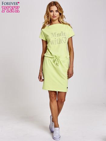 Zielona sukienka dresowa wiązana w pasie z aplikacją z dżetów                                  zdj.                                  2