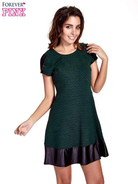 Zielona sukienka z czarną falbaną